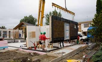 In eigenen Werken produzieren ausgebildete Facharbeiter die Bauteile jedes ELK Hauses. Individuell und passgenau werden Wände, Decken und Dachelemente hergestellt.
