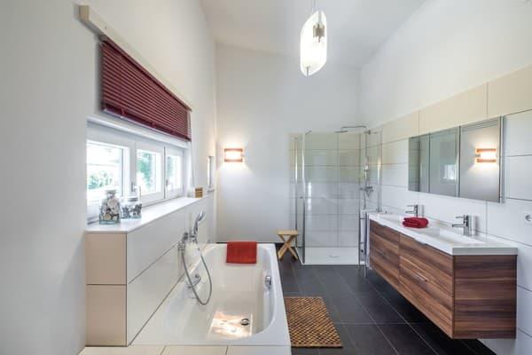 Geheizt wird mit Hilfe einer Luft-Wasser- Wärmepumpe. Die Verteilung der Wärme erfolgt über eine Fußbodenheizung, nicht nur in den oberen Etagen, sondern auch im Hobbyraum und im Büro im Untergeschoss.
