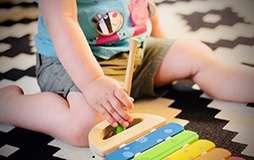 Ein Teppich im Kinderzimmer ist ideal zum Spielen.