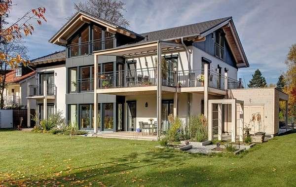 Viele Fensterflächen sowie großzügige Terrasse und Balkon