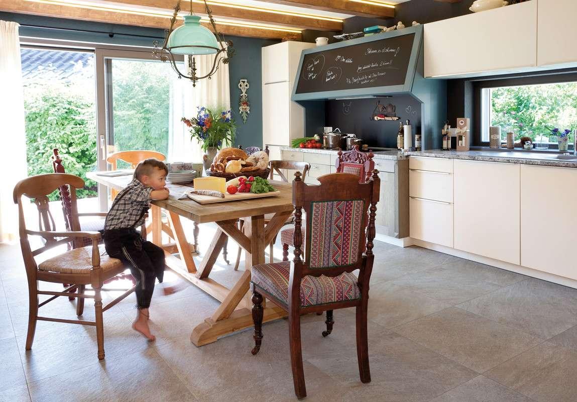Essbereich mit rustikalen Möbeln