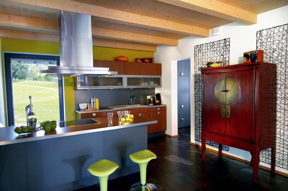 Küche mit modernen Möbeln in rot und grau