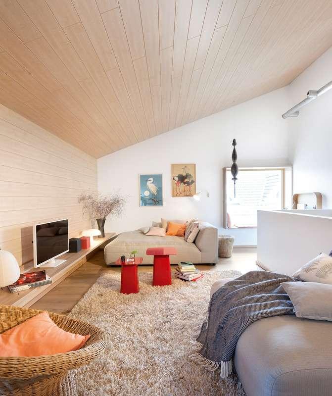 Modern eingerichtetes Wohnzimmer mit großem Sofa