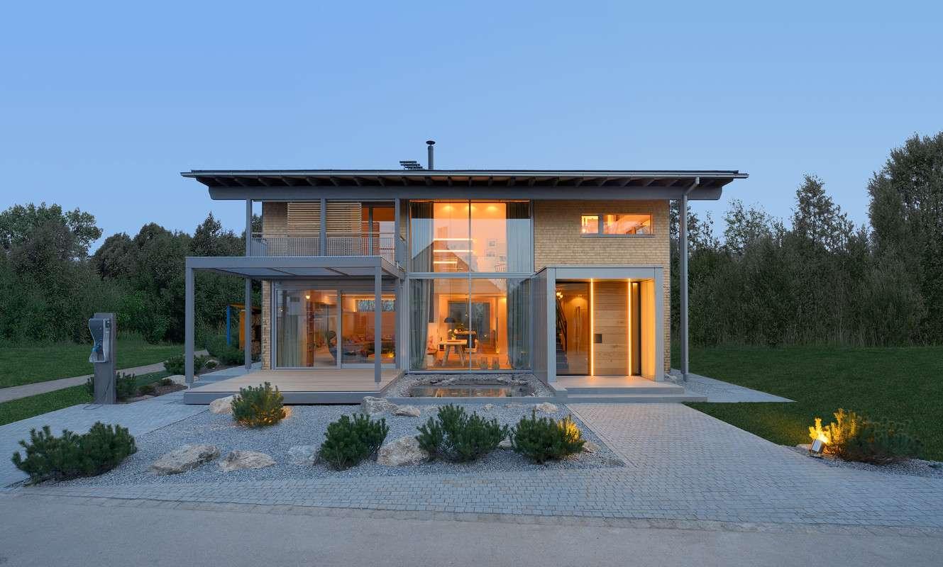 Das Musterhaus Alpenchic ist eines der innovativsten Musterhäuser in Europa. Es verbindet traditionelle, alpine Elemente und moderne Bauhaus-Architektur auf eindrucksvolle Weise. Die landschaftstypische Schindelfassade wirkt in Kombination mit großzügigen Glasflächen leicht und modern. Unterstrichen wird dies durch filigrane Loggien und ein postmodernes Eingangsmodul.