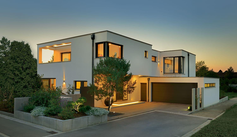 GROSSZÜGIG UND MODERN. Mit seinen architektonischen Feinheiten passt sich der Entwurf perfekt den Bedürfnissen seiner Bewohner an. Mit seinen architektonischen Feinheiten passt sich der Entwurf perfekt den Bedürfnissen seiner Bewohner an.