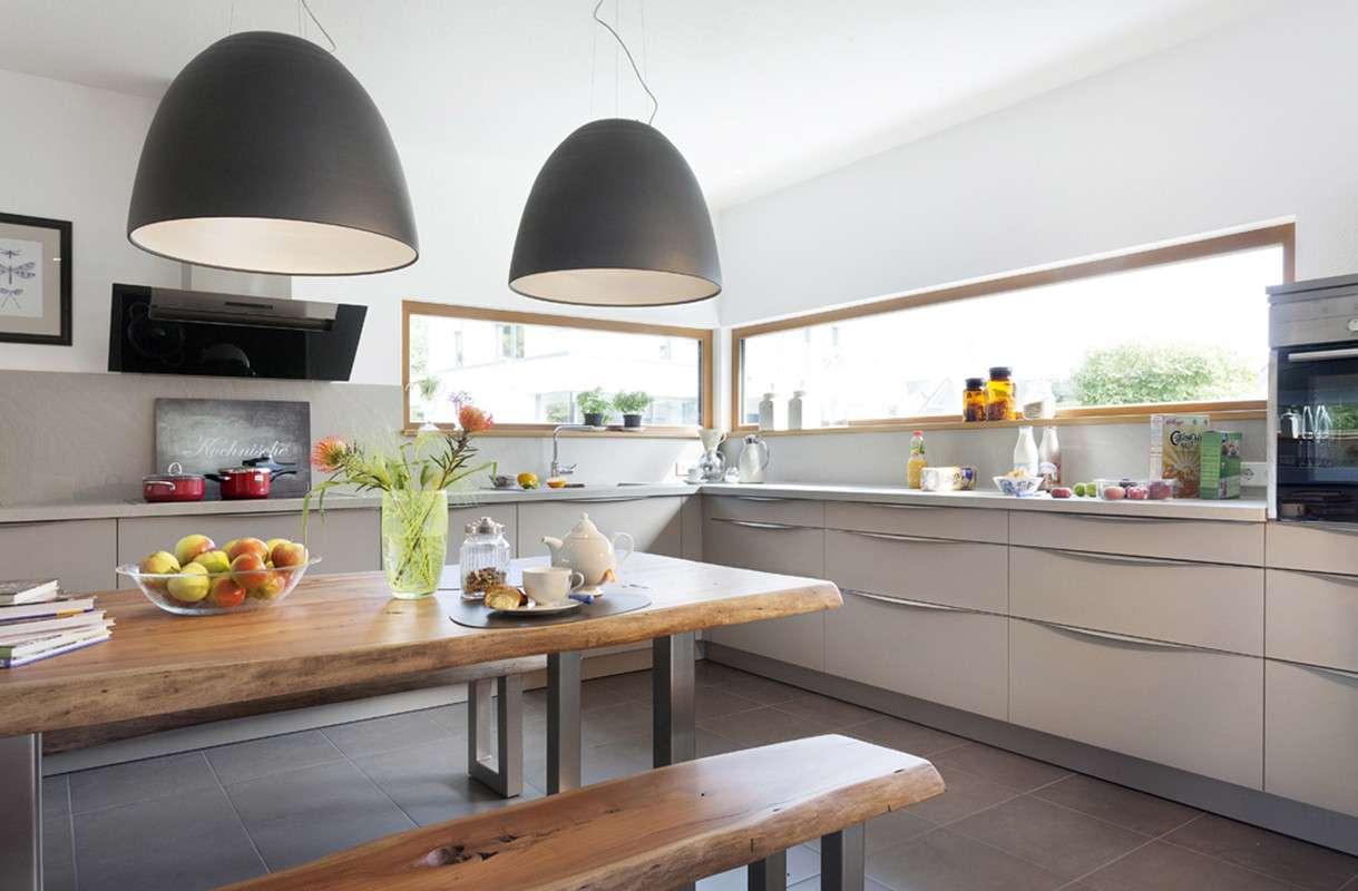Moderne, helle Küche mit großer Fensterfront