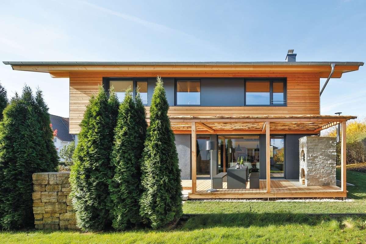 Die Architektur des Gebäudekörpers erinnert an die luxuriöse Großartigkeit eines ebenso schlichten wie mondänen Chalets.