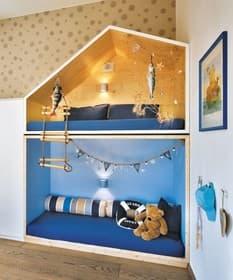 Im Kinderzimmer werden Seefahrerträume war: Die Jüngsten erwarten ein eigenes zweistöckiges Haus in Fichte Natur, eine Schreibinsel und viele maritime Ausstattungsdetails.