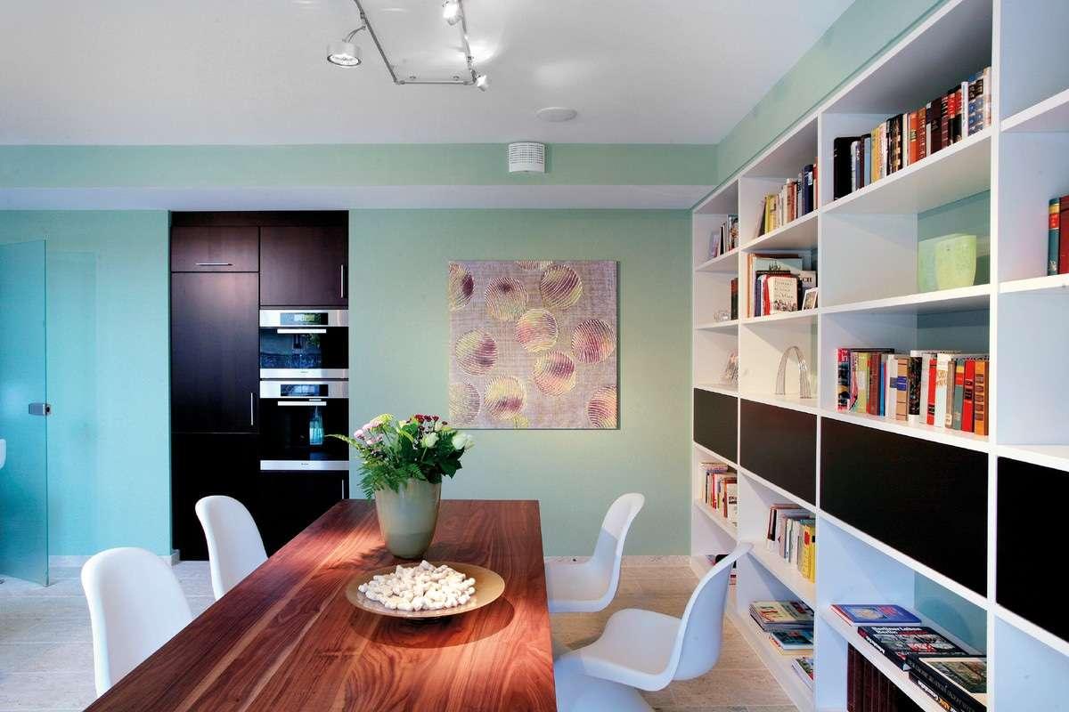 Moderner Essbereich mit Holztisch