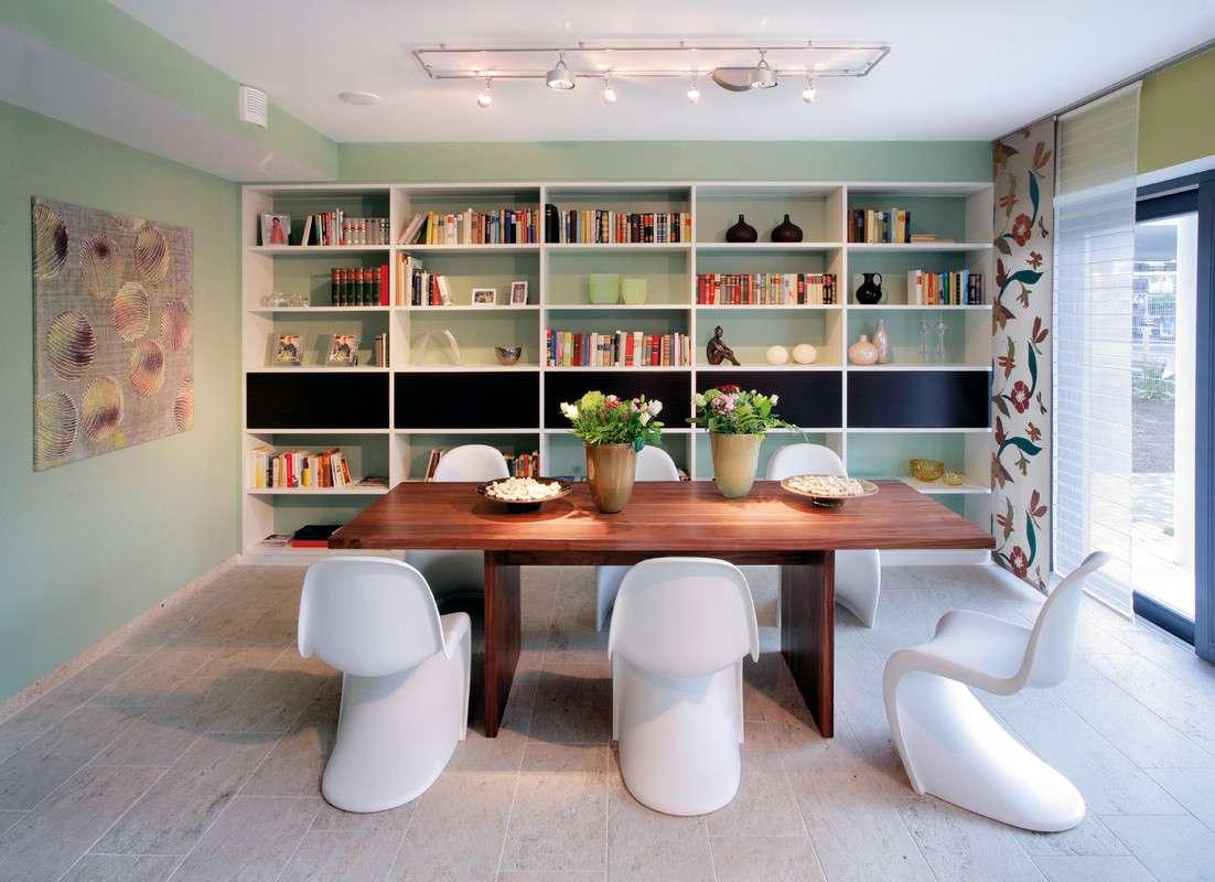 Modernes Wohnzimmer mit großem Bücherregal
