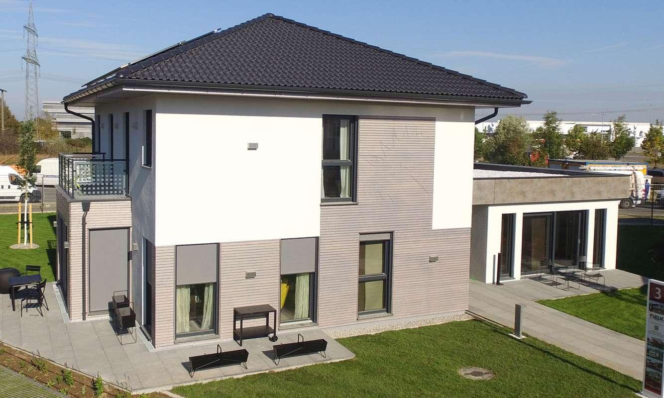 Die Seitenansicht des Musterhauses Living 148 von ELK überzeugt durch zeitloses und geradliniges Design.