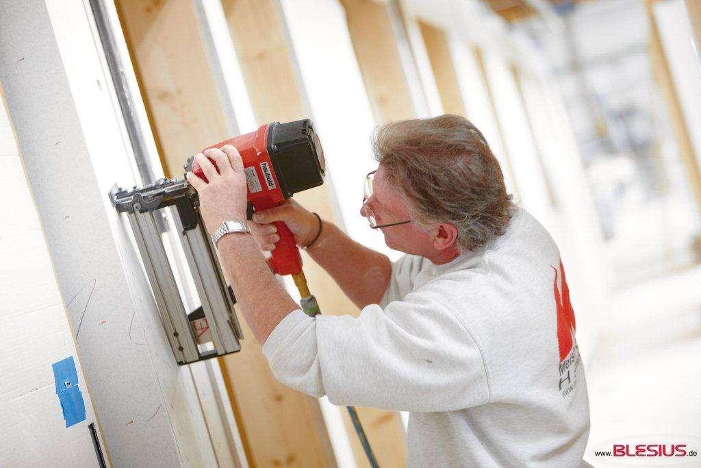 Meisterstück-HAUS unterzieht sich beim Bau Ihres Hauses freiwillig einem im deutschen Bauwesen einmaligen Qualitätskontrollsystem, das aus mehreren Stufen besteht. Unabhängige Sachverständige prüfen regelmäßig Werk und Baustelle.