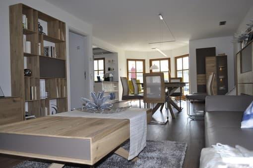Wohn- und Essbereich mit vielen Holzelementen