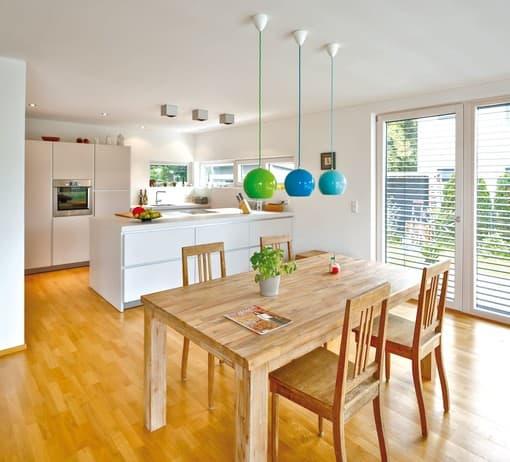Das Erdgeschoss ist das Zentrum des Familienlebens: Im offenen Wohn-, Koch- und Essbereich mit zwei Ausgängen zur Terrasse stehen gemeinsame Aktivitäten im Mittelpunkt.