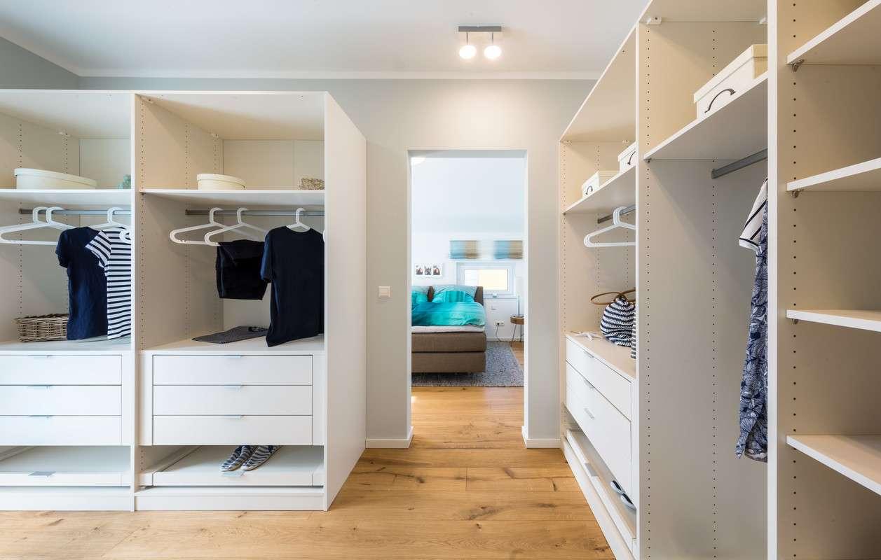 Begehbarer Kleiderschrank neben dem Schlafbereich