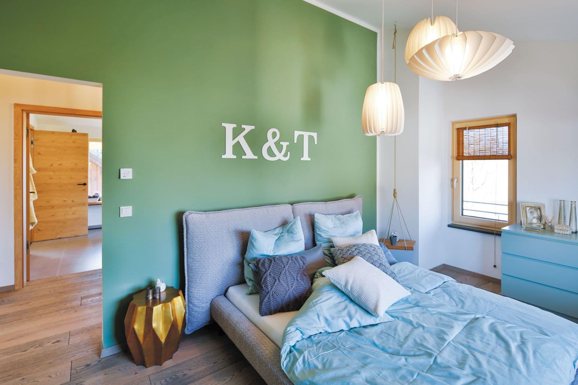 Im Elternschlafzimmer locken ein Doppelbett in Strick-Optik und Bambus-Rollos dazu, den Wecker einfach einmal bimmeln zu lassen.