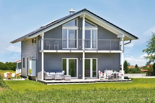 Dieses Haus könnte auch in Finnland stehen. So sehr entspricht es dem Traum vom Wohnen im nordischen Wohnstil. Die darin lebende junge Familie entschied sich schon der Kinder wegen bewusst für ein ökologisches Vitalhaus in einer Massivholz-Riegel-Konstruktion.