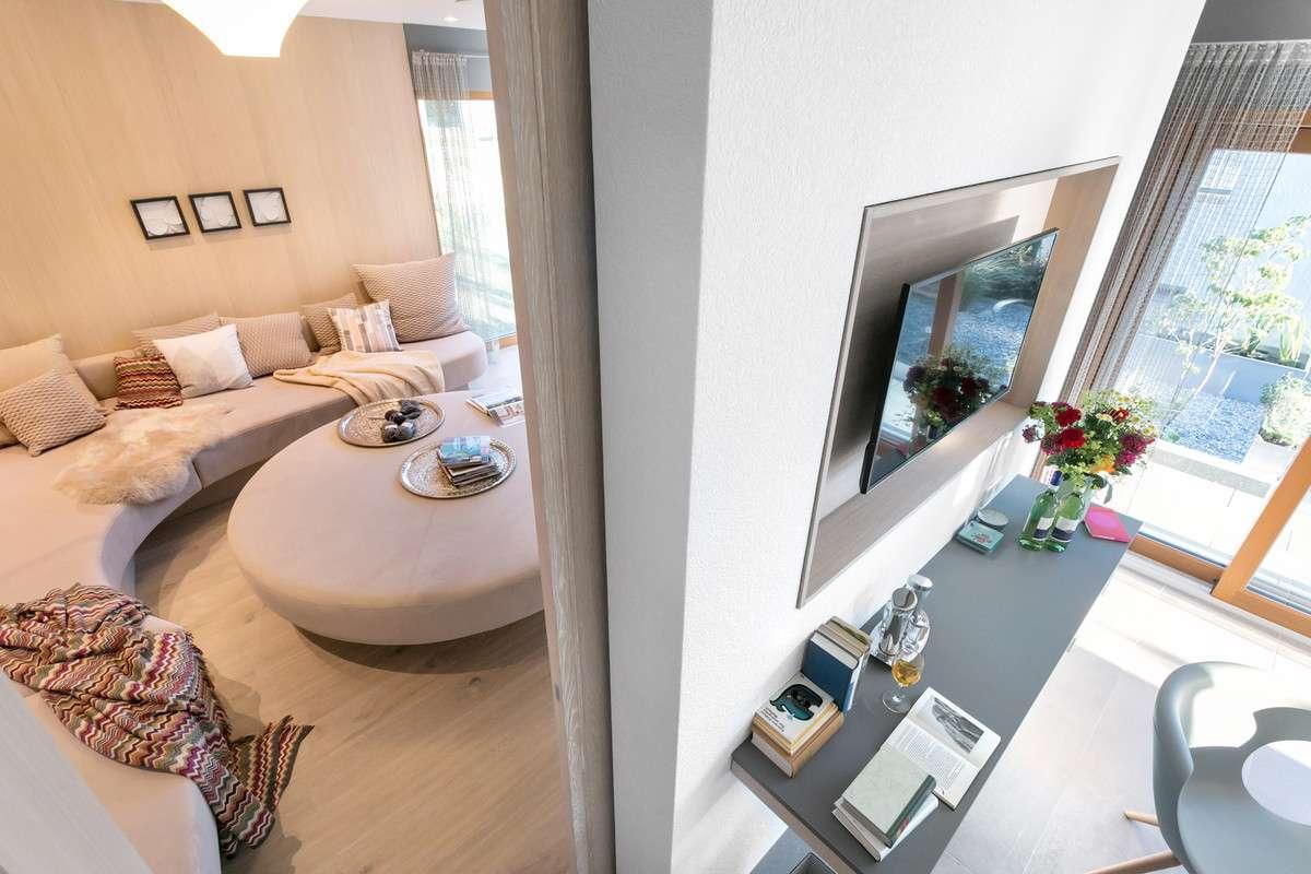 Blick in das Wohnzimmer mit großem Familiensofa