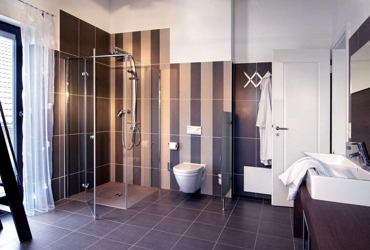Großes Badezimmer mit Bodentiefer Dusche