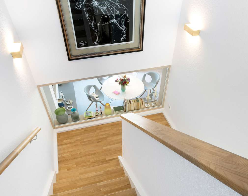 Moderne Treppe in heller Optik