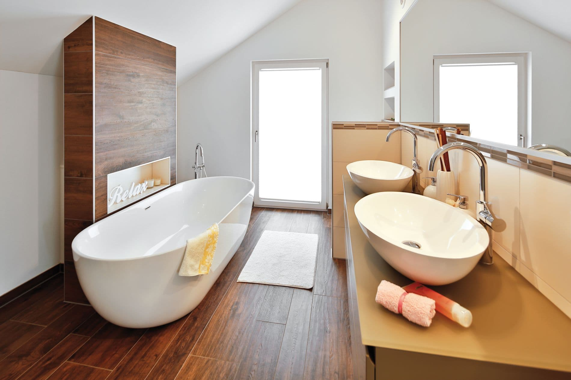 Warme Farben: Das Bad im Obergeschoss.
