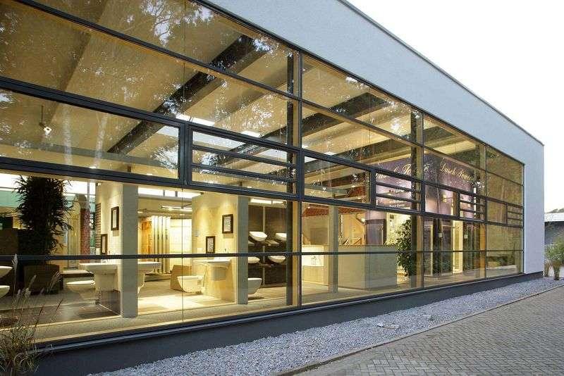 Willkommen in der HausManufaktur! Auf über 1100 qm Ausstellungsfläche präsentieren Ihnen unsere Fachberater die atemberaubende Vielfalt an Ausstattungsdetails in unterschiedlichen Qualitäten, Materialien, Farben und Formen .