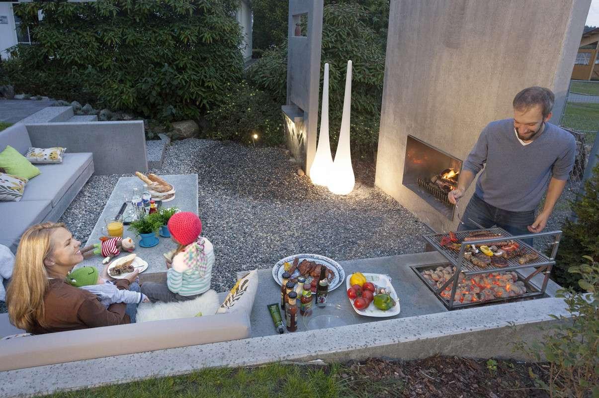 Moderner Außenbereich mit integriertem Grill