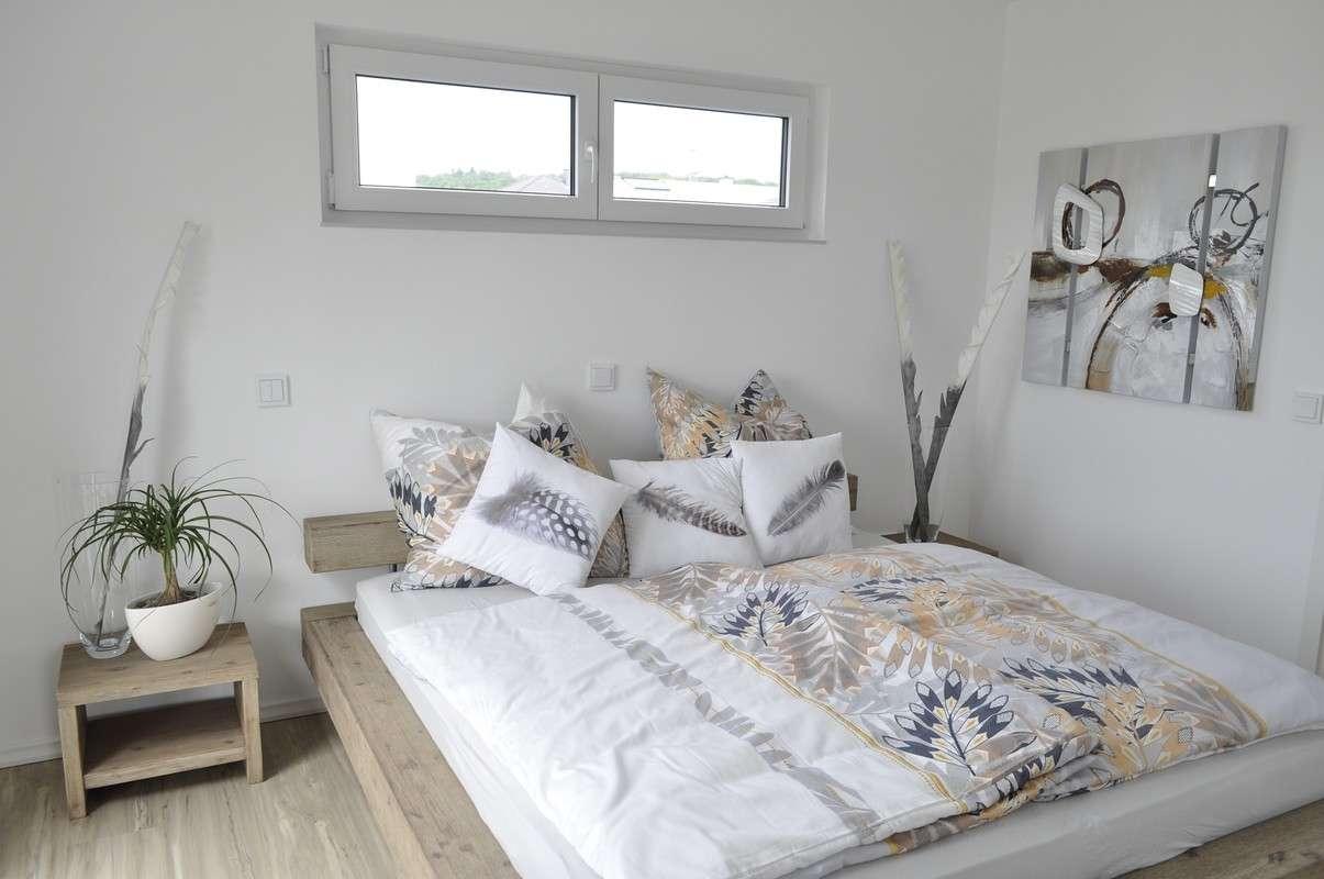 Schlafzimmer mit vielen Holzelementen