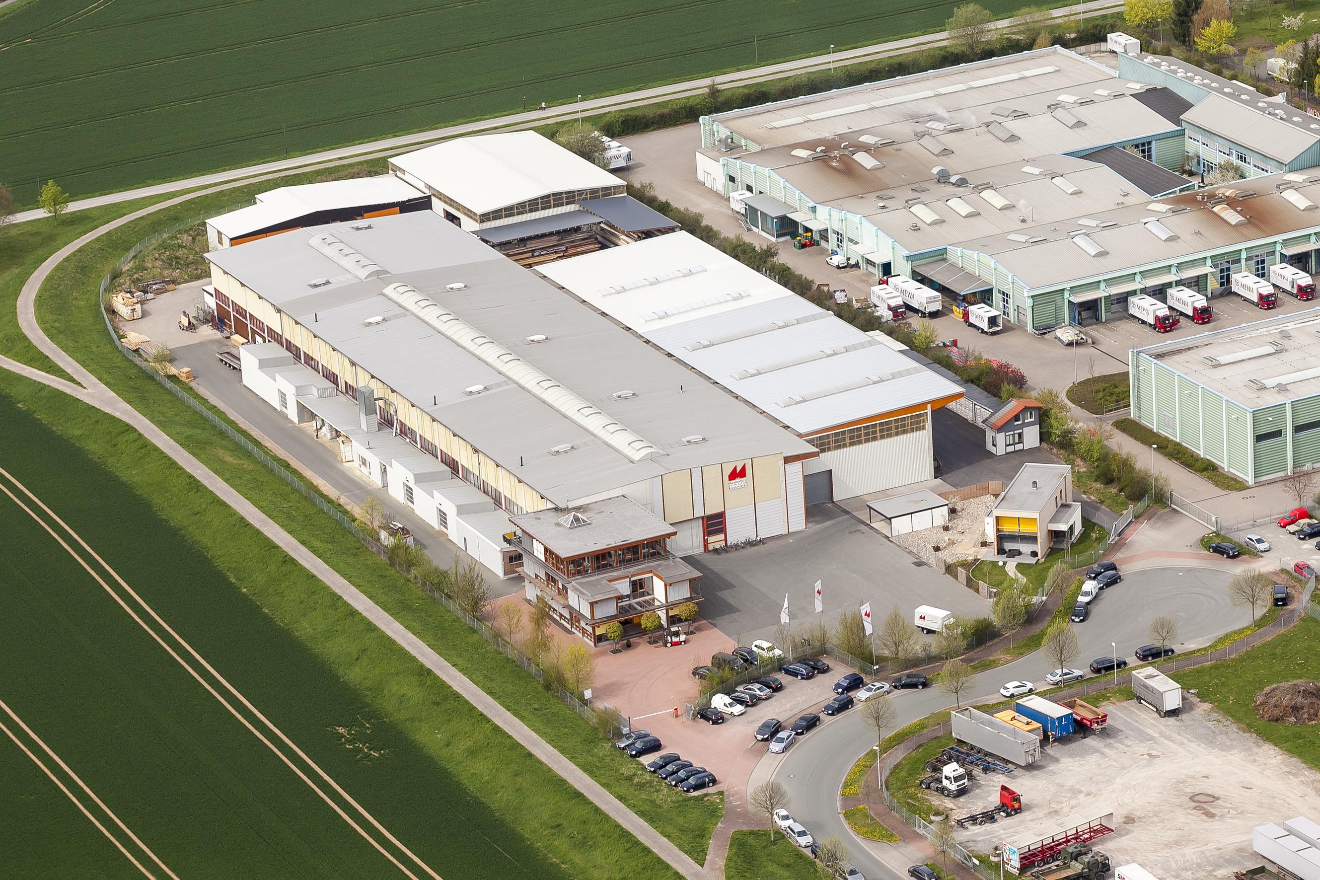Die Realisierung energieeffizienter und nachhaltiger Architektur in Holz im Mittelpunkt des Unternehmens. Regelmäßige Investitionen in Hallen und High-Tech-Maschinen sichern den hohen Produktionsstandard.