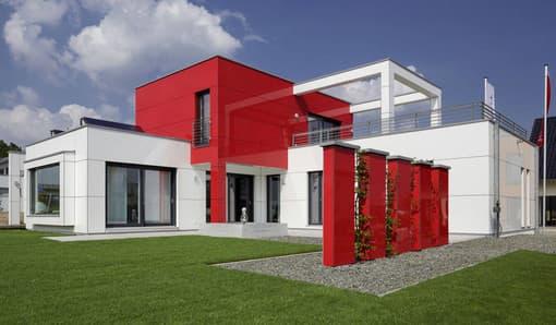 Rote Fassadenelemente als Hingucker