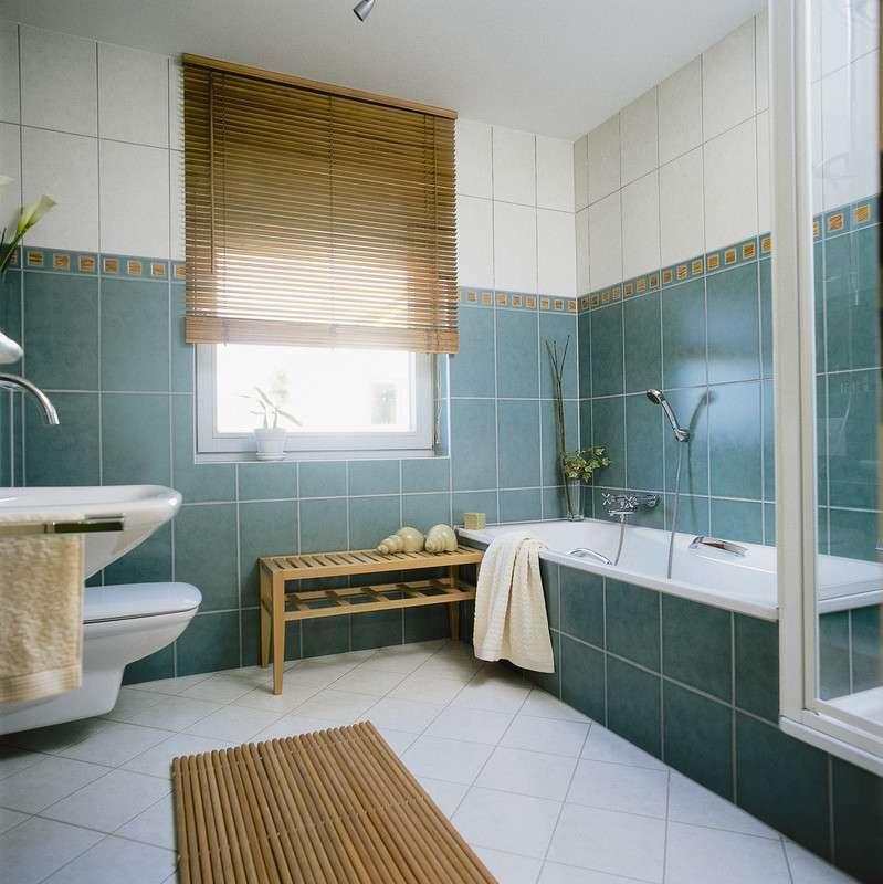Zweifarbiges modern eingerichtetes Badezimmer