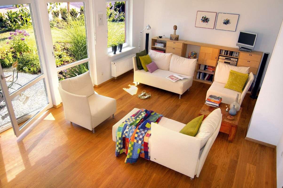 Kleine Sitzgruppen im Wohnzimmer auf Parkettboden