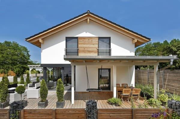 Die weiß verputzte Fassade wird im Dachgeschoss durch waagrechte Rhombusleisten strukturiert.