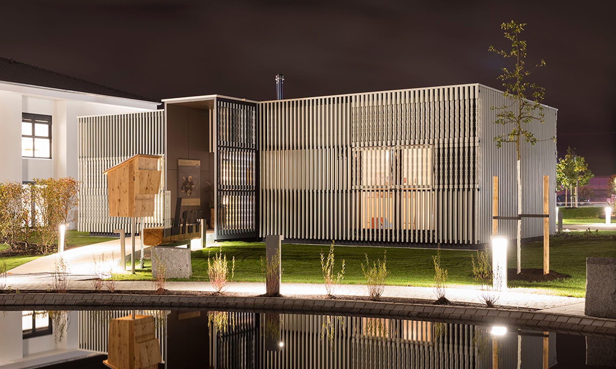 Der Ideenpavilion von Baufritz dient als Musterhaus für das Hausprogramm des Fertighausherstellers.