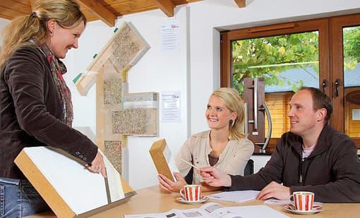 Kommen Sie mit Ihren individuellen Wünschen zu uns. Gemeinsam planen wir Ihr zukünftiges Zuhause. Entweder mit unseren erfahrenen holz-&-raum-Architekten oder einem Architekten Ihrer Wahl.