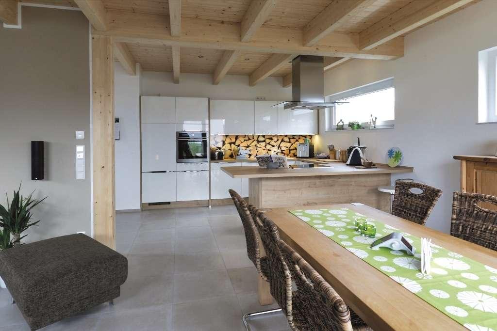 Offener Küchen- und Essbereich mit vielen Holzelementen