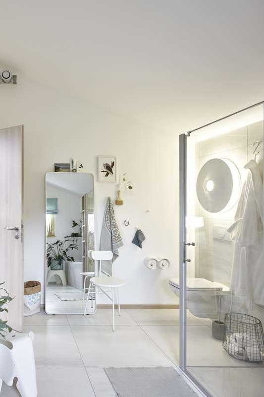 Modernes Badezimmer mit großem Spiegel