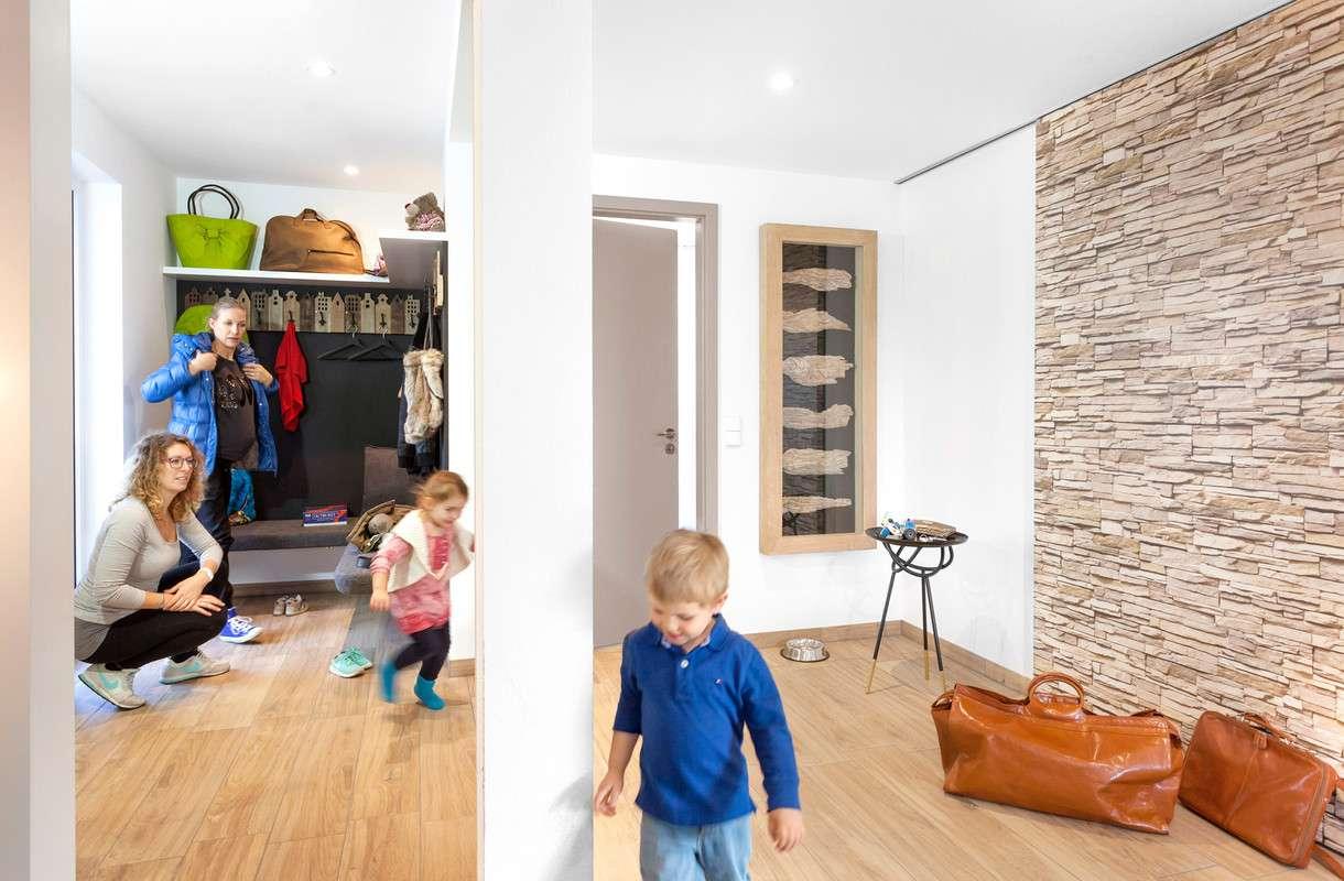 Hell eingerichteter Eingangsbereich mit Holzboden