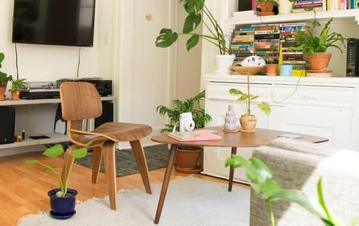 Mit Möbel umziehen – verlegt man seinen Wohnort, stehen einige Dinge bevor. Damit beim Umzug kein Chaos entsteht, sollte man sich im Vorfeld gut überlegen welche Möbel mitnimmt.