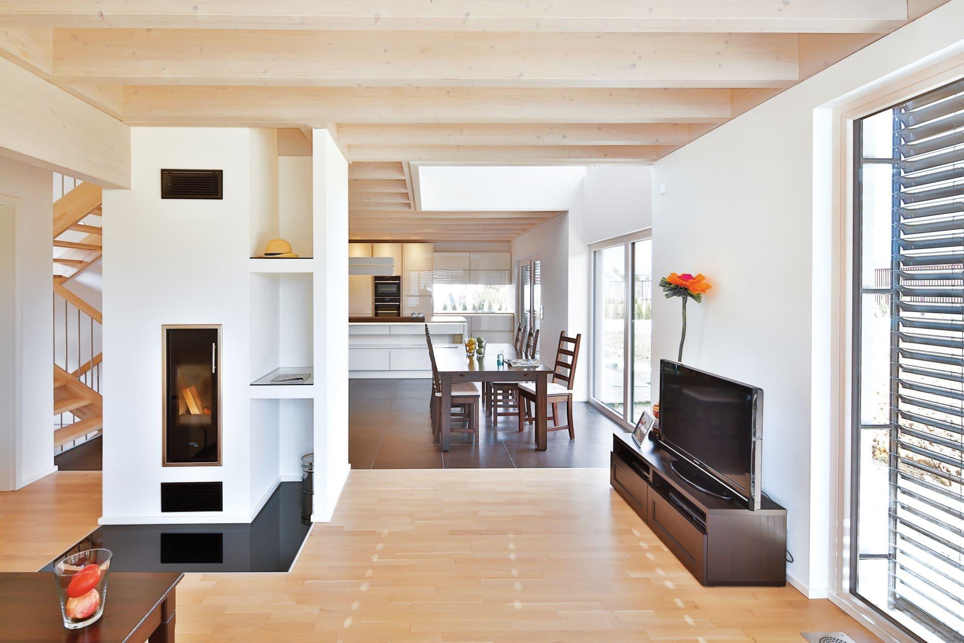 Das Erdgeschoss: Ein großer Wohnraum mit Küche und dem bis unters Dach offenen Essbereich.