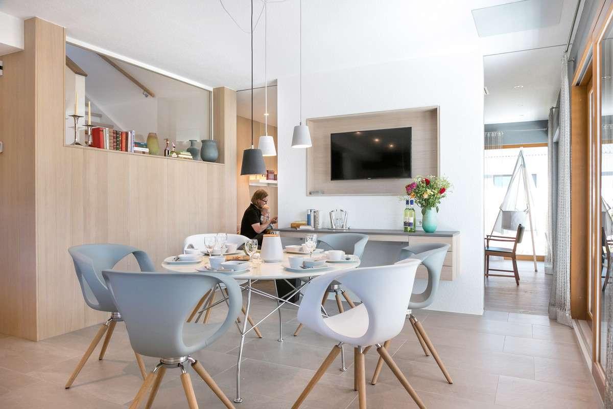 Frühstückstisch mit modernen Stühlen