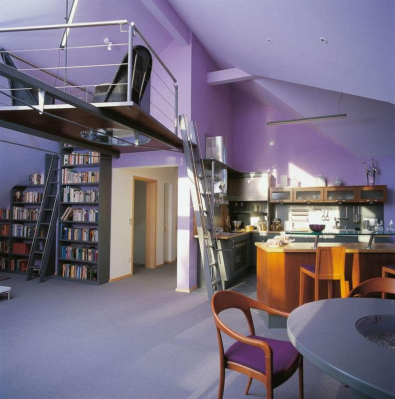 Modern eingerichtetes Arbeitszimmer mit großem Bücherregal