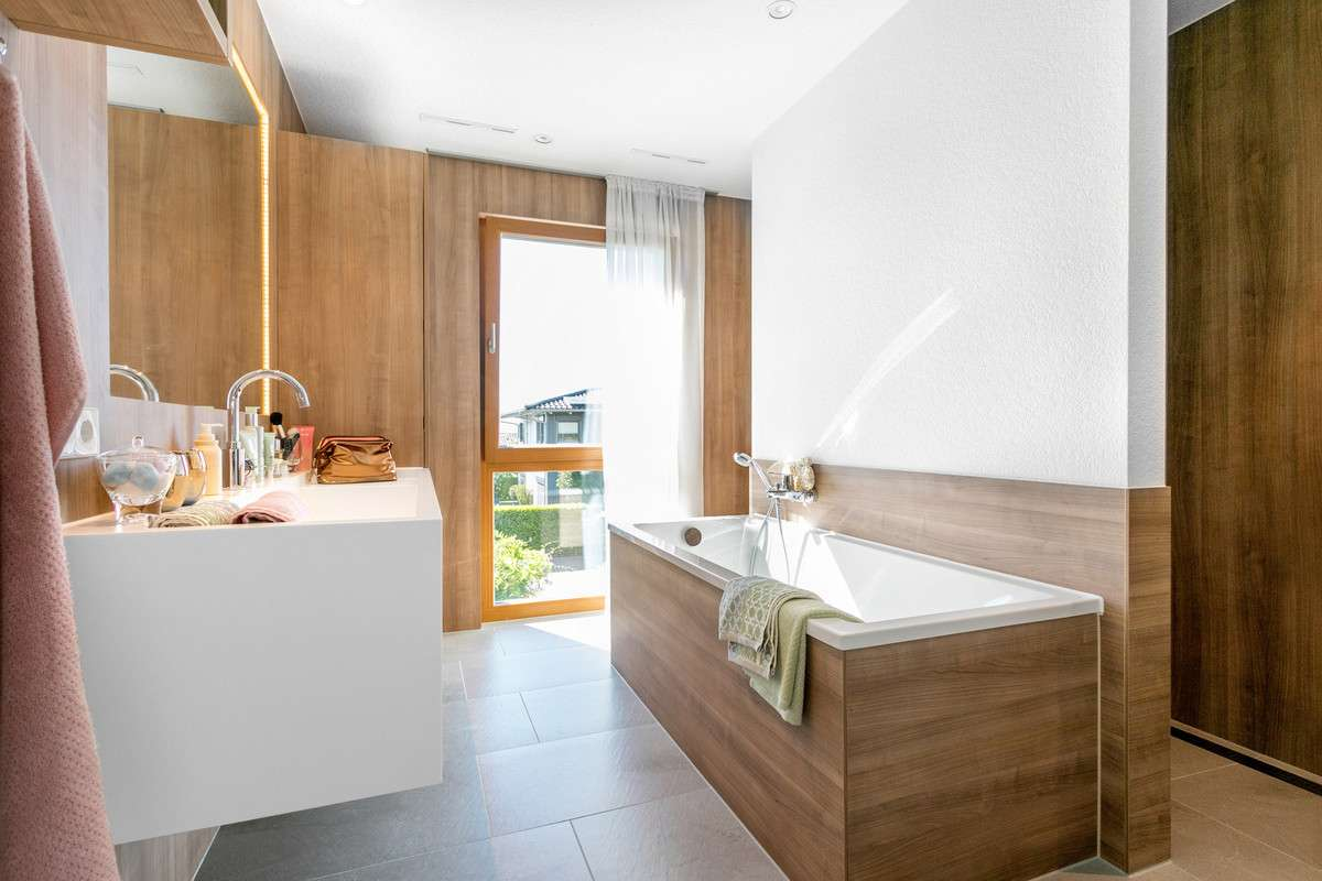 Modernes Badezimmer in Holzoptik