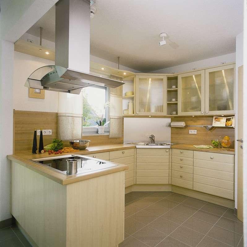 Großzügige Küche mit vielen Aufbewahrungsmöglichkeiten