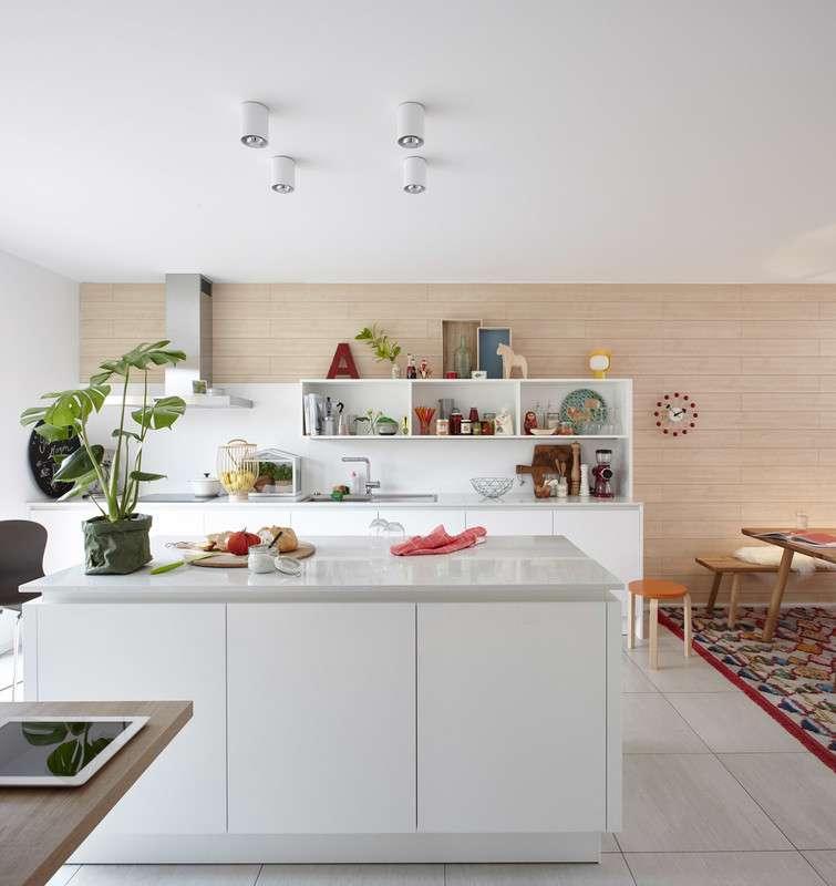 Moderne hell eingerichtete Küche