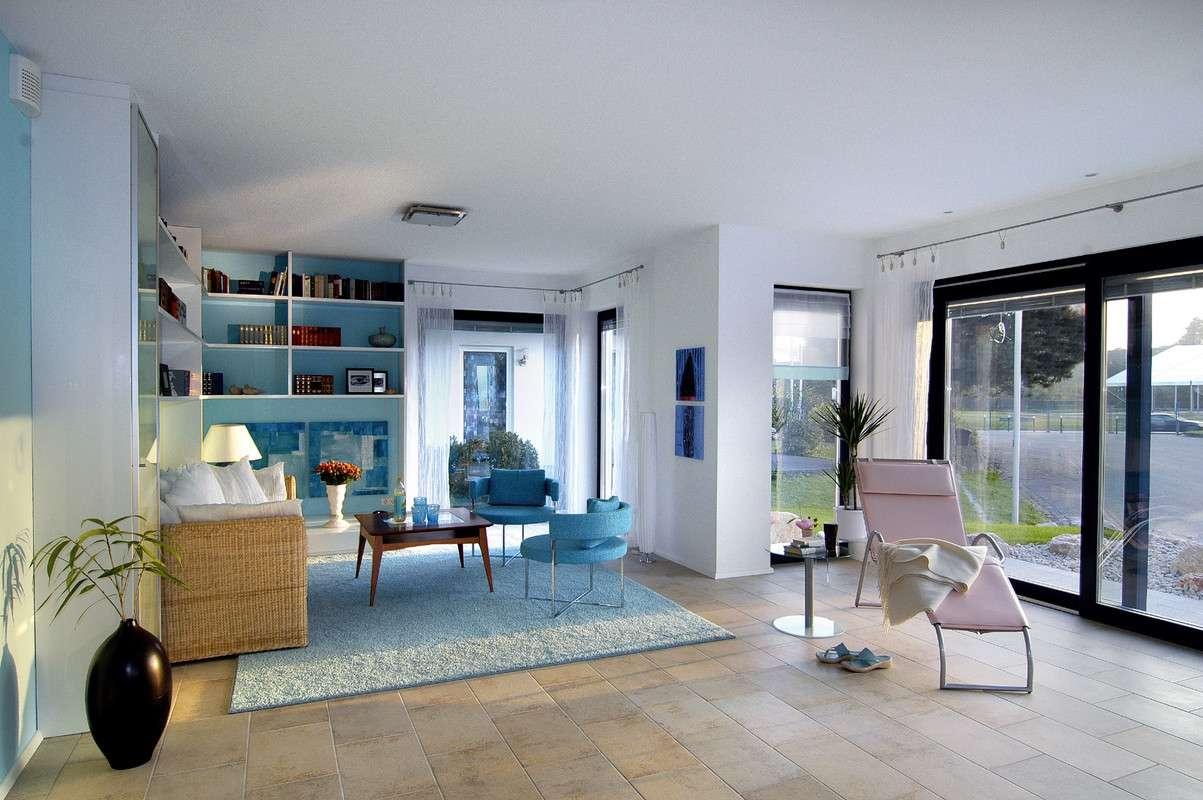 Modernes Wohnzimmer mit großer Fensterfront