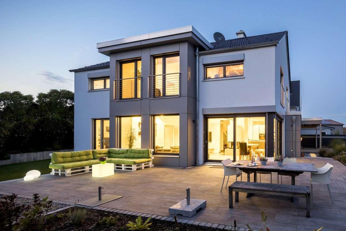 Die raffinierte Optik verleiht dem Gebäude weißer Putz in Kombinationmit anthrazitfarbenen Fassadenplatten. Darunter verbirgt sichdas natürliche Raumklima eines Holzhauses. Als KfW-55 Haus ist der Neubau zudem energetisch hocheffizient.