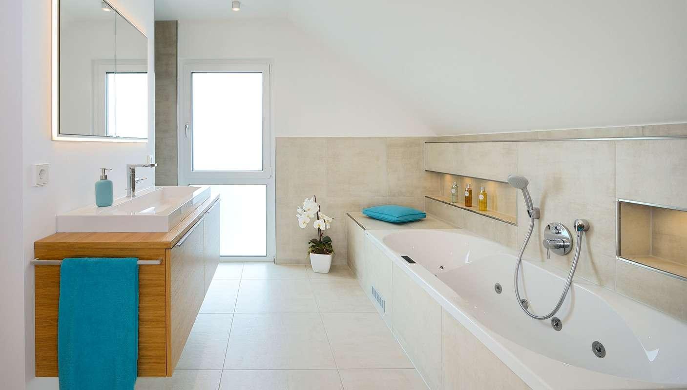 Bad mit Wanne und separater Dusche