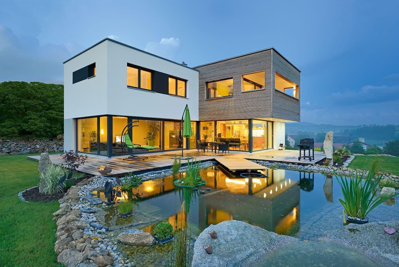 NATÜRLICH MODERN - Dieses Gruber Naturholzhaus verbindet natürliche Elemente mit formschönem Design.