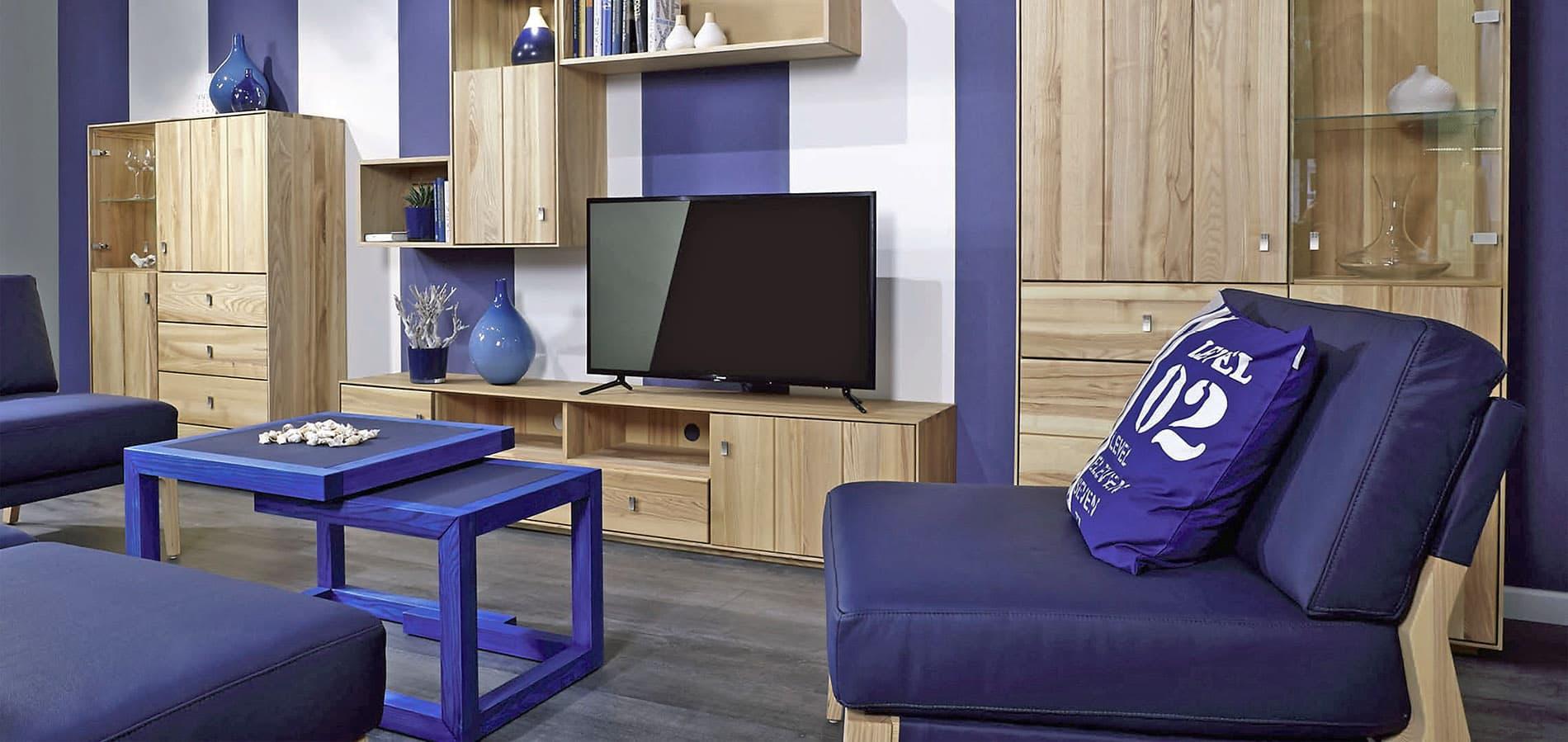 Ein Fertighaus Wohnzimmer eingerichtet in Lila Farben